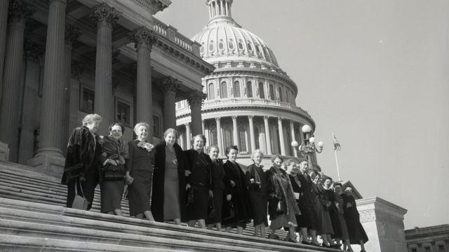 1955年,美國第84屆國會的17名女議員在國會山合影