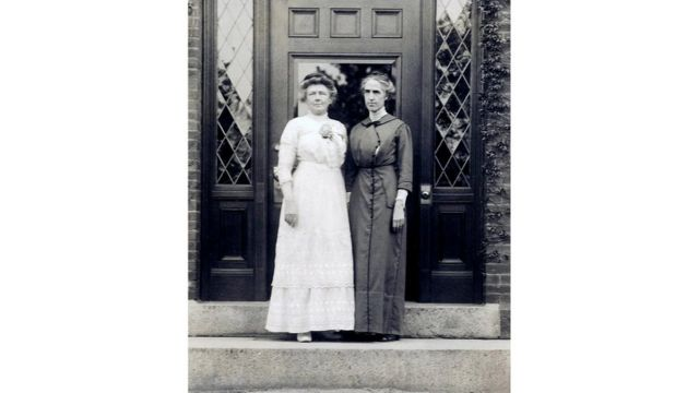 ليفيت (يمينا) مع آني جامب كانون
