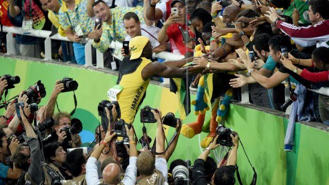 Usain Bolt saluda a los aficionados