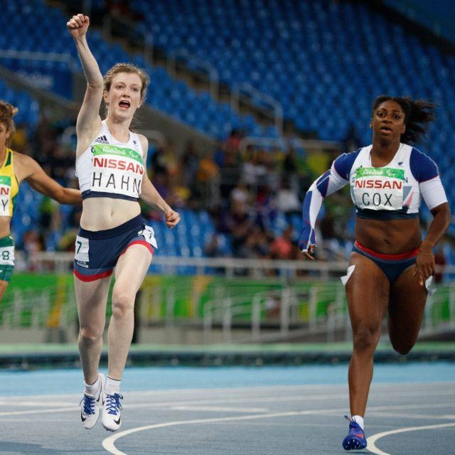 Kadeena Cox cruza la meta en tercer lugar