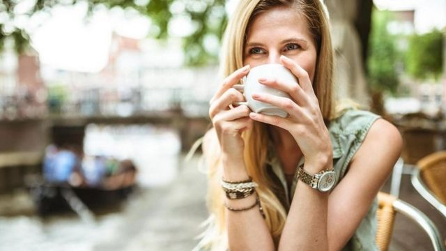 Chica tomando café.