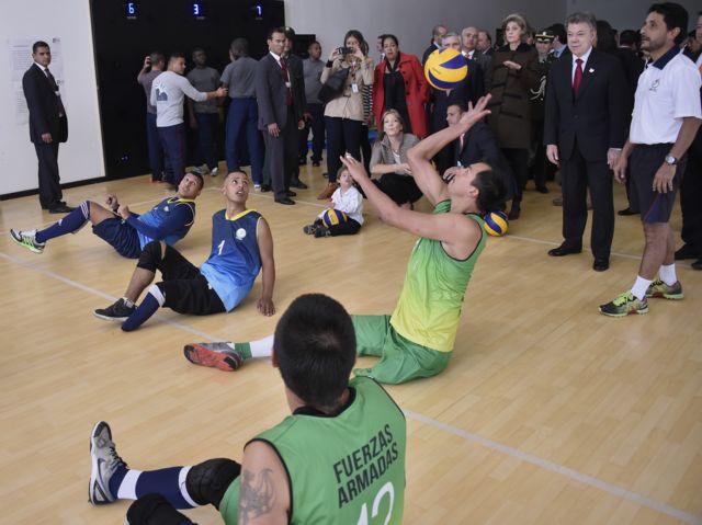 Soldados colombianos discapacitados en un juego de voleibol sentado