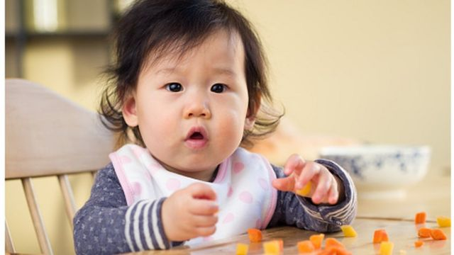 Bebê comendo alimentos sólidos