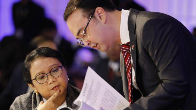 Ngoại trưởng Philippines Alan Peter Cayetano và Ngoại trưởng Indonesia Retno Marsudi thảo luận nội dung tài liệu dự thảo tại Kỳ họp thường niên các ngoại trưởng ASEAN tại Manila hôm 5/8/2017