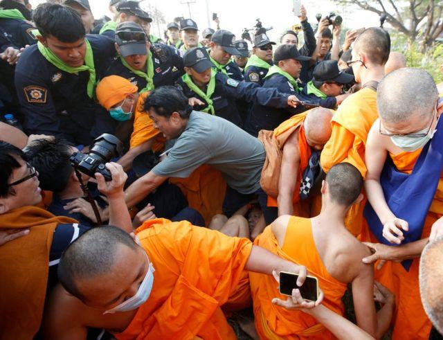 Taylandlı keşişler Bangkok'taki tapınağın dışında polisle çatıştı. 20 Şubat 2017.