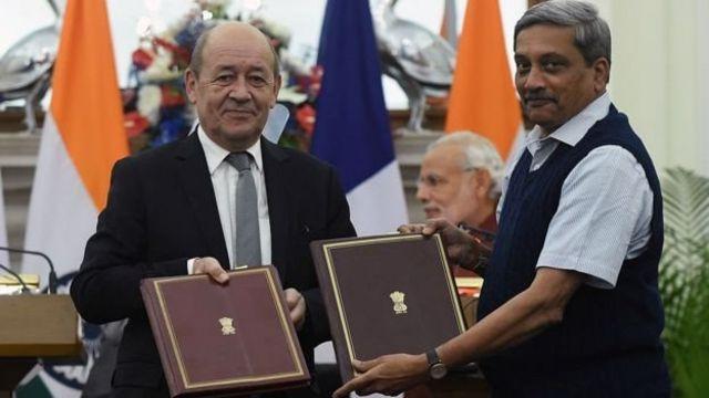 फ़्रांस के रक्षा मंत्री के साथ तत्कालीन रक्षा मंत्री मनोहर पर्रिकर