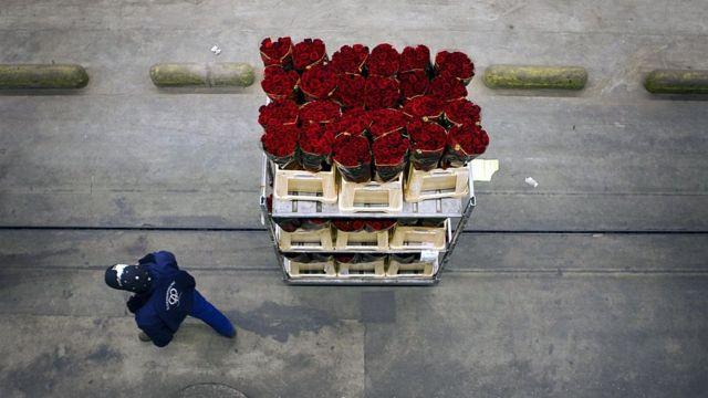 Trolley con flores y hombre
