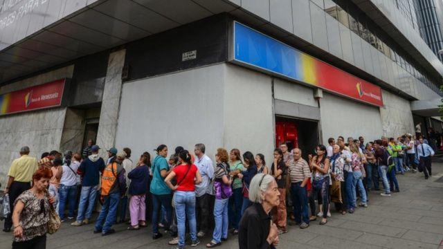 वेनेज़ुएला में नोटबंदी के बाद बैंकों के आगे लंबी कतारें