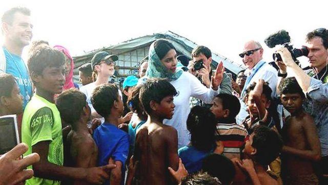 Priyanka Chopra tare da 'yan gudun hijra a Bangladesh