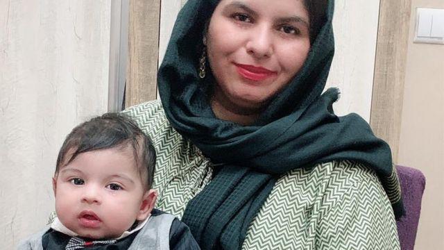Firooza Omar con su bebé