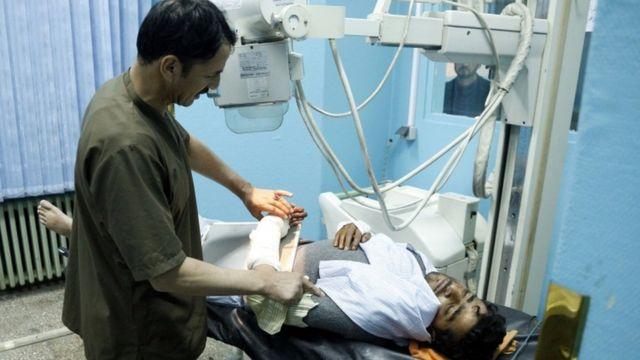 हमले में घायल एक व्यक्ति को अस्पताल में उपचार देते डॉक्टर