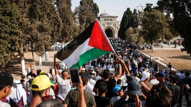 الفلسطينيون يدخلون باحات المسجد الأقصى بعد تراجع إسرائيل عن إجراءاتها الأمنية