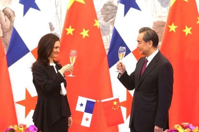 La ministra de Exteriores y vicepresidenta de Panamá, Isabel Saint Malo de Alvarado, brinda con el ministro de Exteriores de China, Wang Yi, tras la firma del acuerdo.