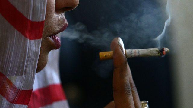 پاکستان میں تقریباً 32 فیصد مرد، چھ فیصد خواتین تمباکو نوشی کرتی ہیں (فائل فوٹو)