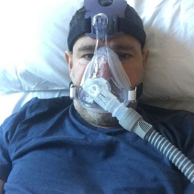 Abderrahmane Fadil, maskeyle oksijen alıyor.