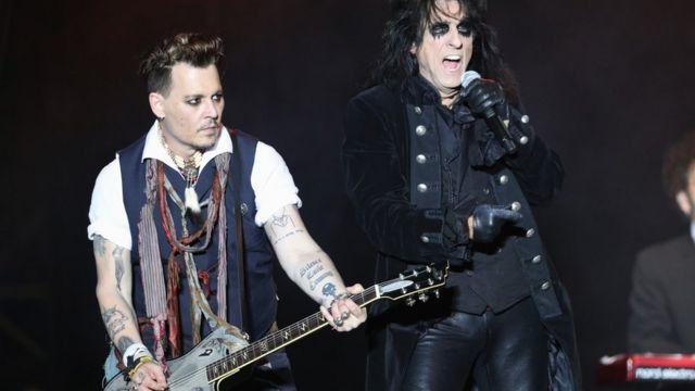 La leyenda del metal Alice Cooper junto con el actor (y también rockero) Johnny Depp.