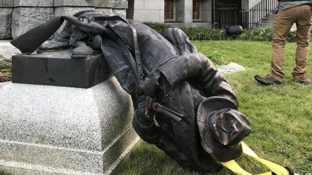 Повалена статуя