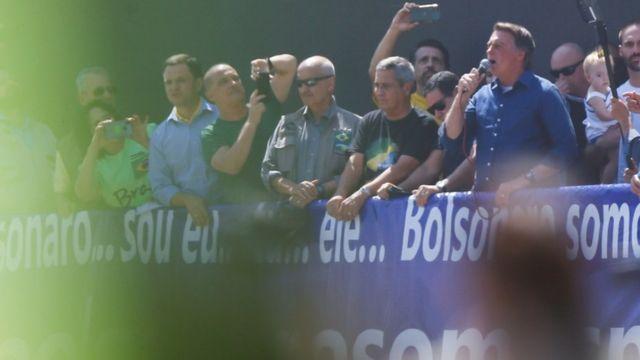 Bolsonaro faz discurso a apoiadores