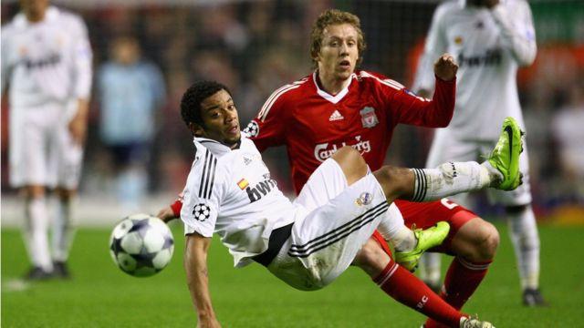 Lucas na Liverpool ya taba Marcelo na Real Madrid ranar 10 ga watan Maris na shekarar 2009 inda Liverpool ta lallasa Real Madrid 4-0