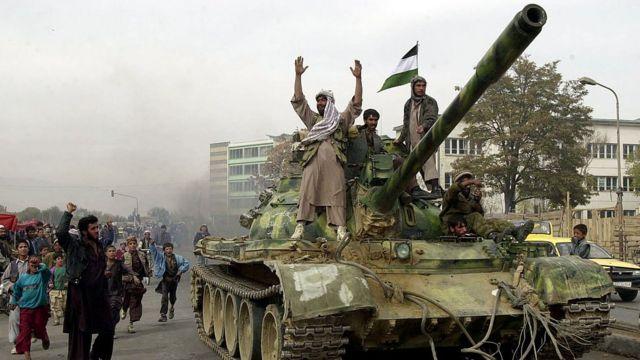 مقاتلو التحالف الشمالي المدعومون من التحالف يركبون الدبابات في كابول مع تراجع طالبان