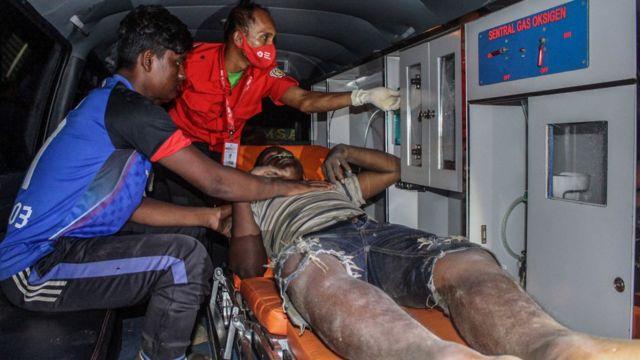 Refugiado rohingya recibiendo atención médica.