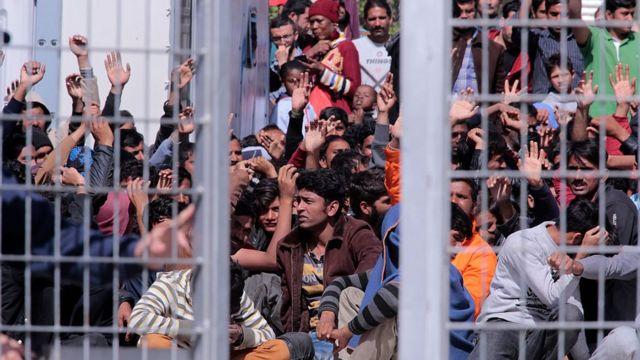 Migrantes afganos y paquistaníes protestan en Lesbos contra la deportación.