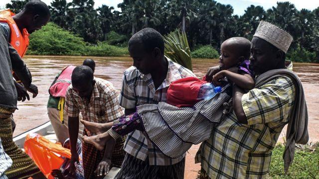 Ndị Red Cross na-azọpụta ụfọdụ mmadụ