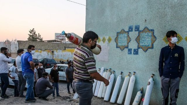 یک مرکز شارژ کپسول های اکسیژن برای مبتلایان به ویروس کرونا در مشهد