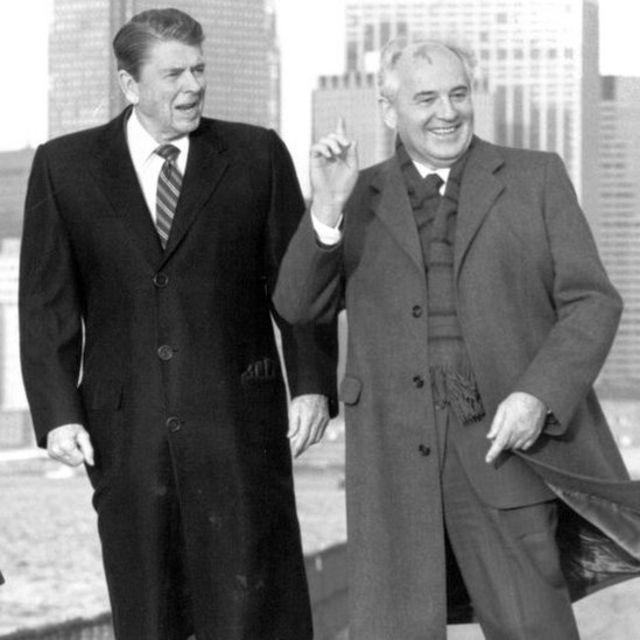 Ronald Reagan y Mijaíl Gorbachov.
