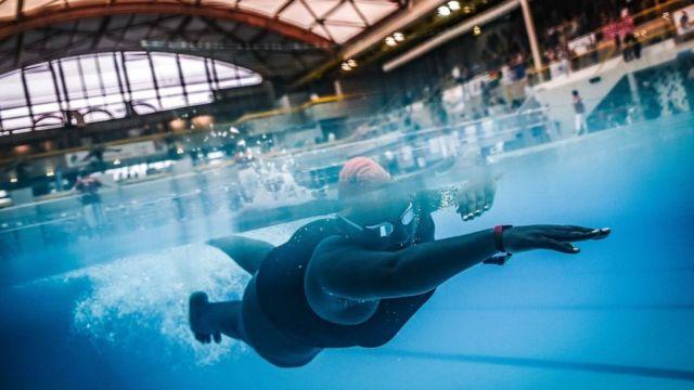 Una mujer nadando.