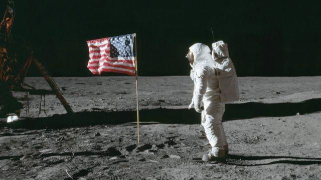 باز آلدرین در این تصویر در کنار آپولو و نخستین پرچم آمریکاست که سال ۱۹۶۹ روی سطح کره ماه نصب شد