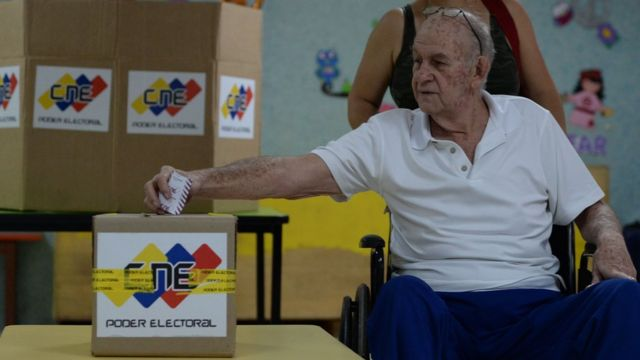 Un señor vota.