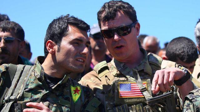 ضابط أمريكي ومسلح من وحدات حماية الشعب