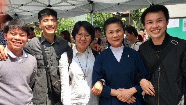 Sơ Maria Lang cùng một số bạn trẻ trong cộng đồng người Việt dự Lễ Phục sinh ở Nhà thờ Thánh Peter Kawaguchi