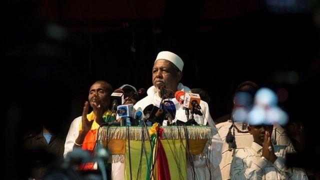 A l'appel du Haut Conseil Islamique malien dirigé par l'Imam Dicko , des fidèles se sont rassemblés ce 28 octobre pour dénoncer les propos du président Macron sur les caricatures.