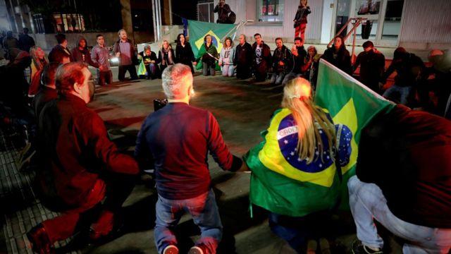 Apoiadores de Bolsonaro rezam em São Paulo