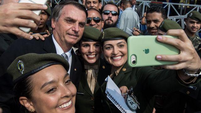 Militares fazem sefie com Bolsonaro