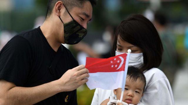 Un couple avec leur bébé à Singapour