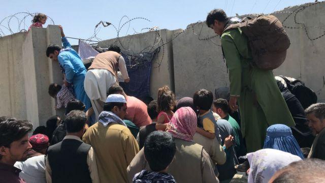 Le persone stanno cercando di sfondare il muro all'aeroporto internazionale di Hamid Karzai