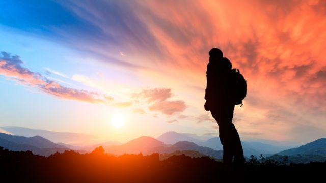 Persona mira al horizonte.