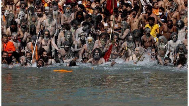 成千上万的人参加了印度大壶节,约10天前,大批印度人到恒河沐浴。