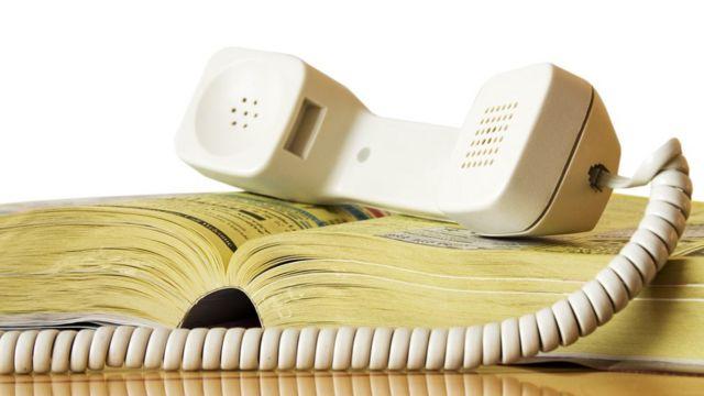 Directorio telefónico y teléfono con cordón