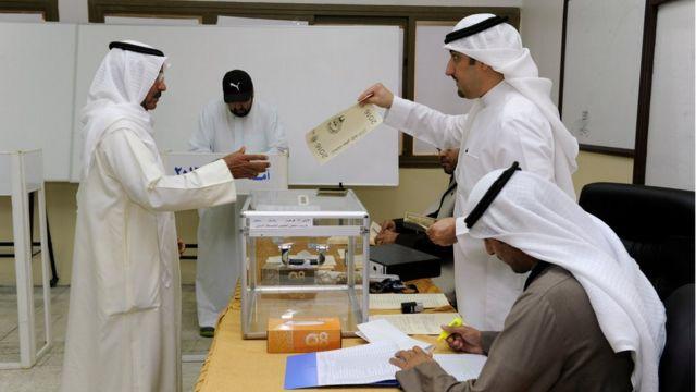 مقترعون كويتيون يدلون بأصواتهم