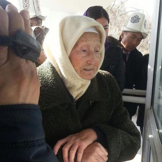 """Атасынын айткан аманатын жарым кылым сактап жүрүп, кийин Кыргызстан эгемендик алган жылдарда тиешелуү кишилерге айтып, """"Ата-Бейиттин"""" сырын ачкан Бүбүйра Кыдыралиева."""