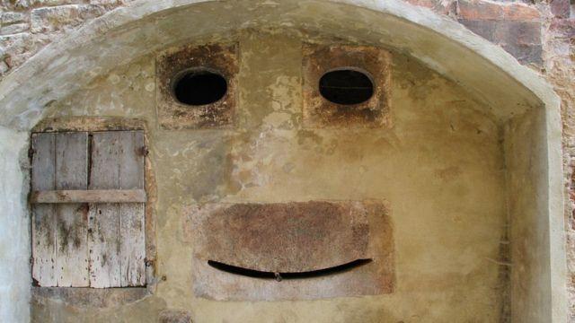 Una cara en una estructura edilicia.