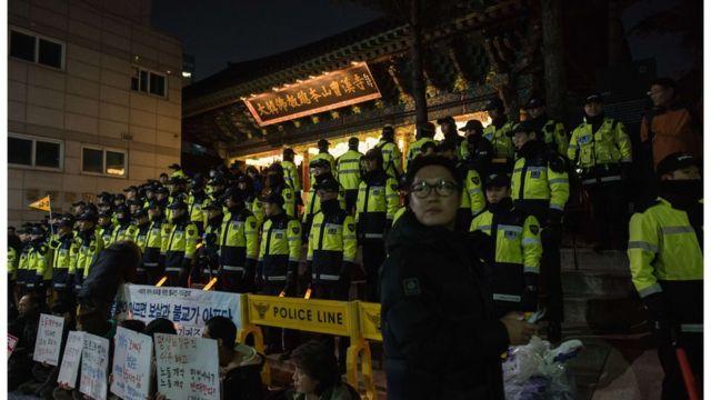 9日夜に曹渓寺を包囲した警官たち