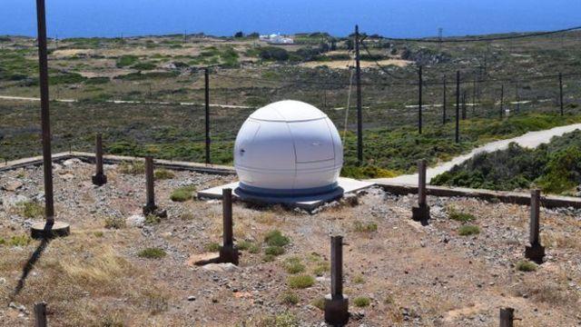 يقع مرصد التغير المناخي في جزيرة أنتيكيثيرا في منطقة كاتسانفيينا على بعد نحو أربعة كيلومترات إلى الجنوب من قرية بوتاموس
