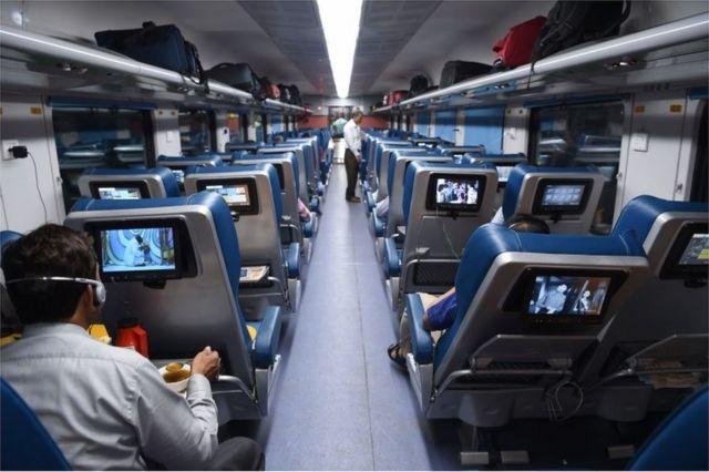 Abiria katika treni yaTejas Express kwenye safari ya kwanza