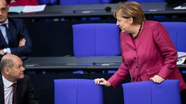 Sosyal Demokrat Parti'nin başbakan adayı, Maliye Bakanı Olaf Scholz ve Angela Merkel