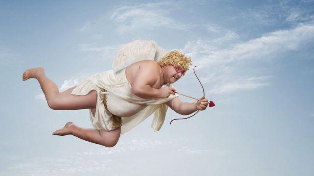 Homem vestido como cupido voando